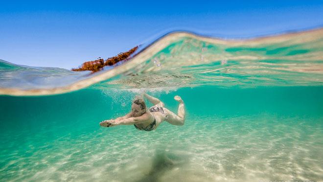 澳大利亚简介 澳大利亚(Australia)不只是袋鼠和考拉,这片大陆上非常有多样的自然景观:大洋路波涛中的十二使徒,被称为红色中心的沙漠和北领地的乌鲁鲁岩石,适合各种海上运动的大堡礁,还有热带雨林。澳大利亚的城市懒散,纯净、适合人类居住,除了悉尼和墨尔本,还有阿德莱德、布里斯班、黄金海岸这一串小城,以及西澳大利亚的珀斯。 澳大利亚原住民拥有丰富、活生生的文化,可回溯到至少五万年以前。了解当您沉浸于澳大利亚原住民文化时所得到的多种体验。 发现北领地富有原住民历史的地方。访寻澳大利亚的红色中部(Red C
